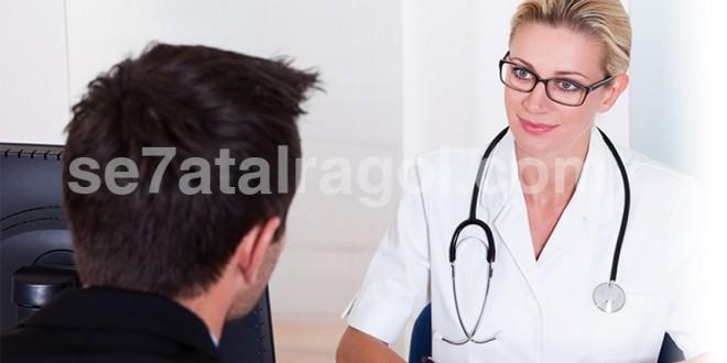 طبيبة شقراء تنصت اللى رجل قوقازى يجلس امامها