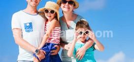 نصفها الآخر صورة لأسرة على البحر يرتدون و نظارات شمسية و قبعات من الفش و مرتدين الوان صيفية مبهجة